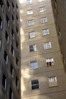 prédio de tijolos com linhas de janelas foto