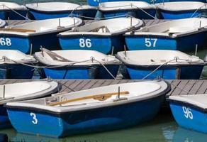 barcos azul e branco