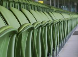 fila de assentos vazios e verdes do estádio foto