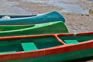 canoas à beira do rio foto