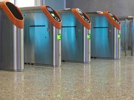 portões de pedágio de entrada do metrô em uma linha foto
