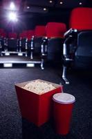 linhas vazias de assentos vermelhos no cinema foto