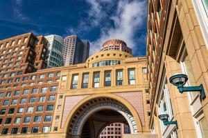 edifícios e o arco em rowes wharf, em boston, massachusetts. foto