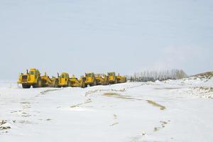 equipamento pesado de construção estacionado em uma linha