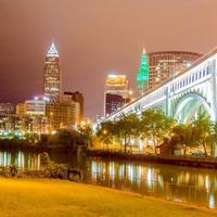 Cleveland no centro em dia nublado foto
