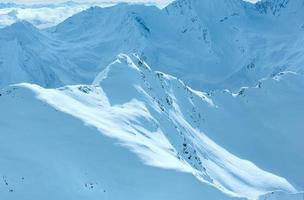 vista para a montanha no inverno (áustria) foto