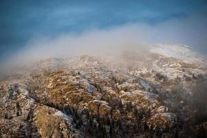 topo da montanha de inverno fosco