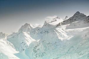 montanhas cobertas de neve do inverno