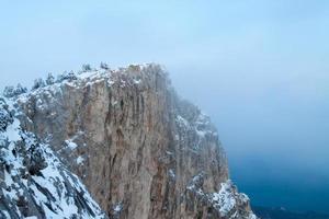 montanha do inverno no nevoeiro