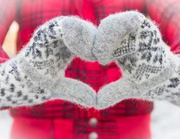 coração de luvas em fundo de inverno
