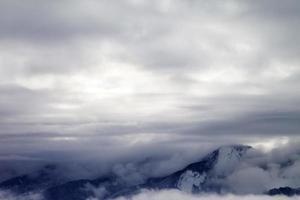montanhas de inverno cobertas por nuvens