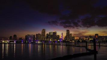 skyline da cidade de miami ao entardecer com arranha-céus urbanos com reflexão
