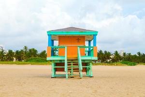 cabanas de madeira relógio de baía em estilo art deco foto