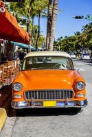 carro americano clássico em south beach, miami. foto