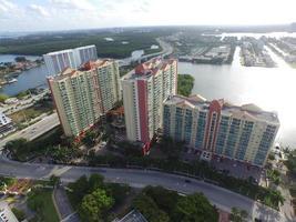 foto aérea de uma comunidade de condomínio
