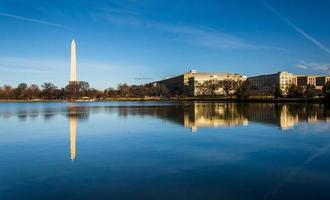 o monumento de washington refletindo na bacia das marés, lavando foto