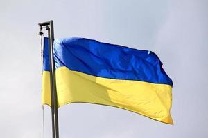 bandeira da ucrânia balançando ao vento foto