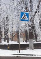 faixa de pedestres de sinal de estrada foto