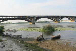 ponte sobre o rio dnieper em kiev foto