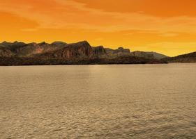 lago de luz dourada foto