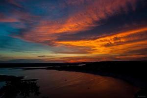 pôr do sol pinta um céu colorido oásis em austin, texas