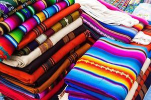 têxteis guatemaltecos tecidos à mão coloridos foto