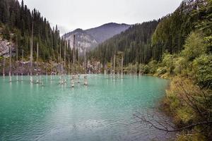 Kaindy Lake. Cazaquistão. foto