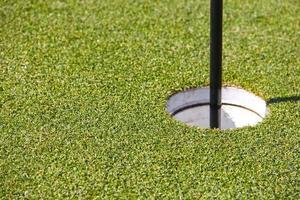 buraco de golfe e bandeira foto