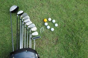 bola de golfe e clube de golfe no saco na grama verde
