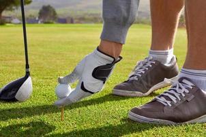 homem de golfe teeing acima foto