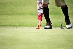 jogador de golfe marcar sua posição bola foto