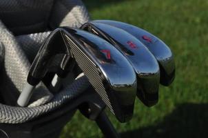 ferros em um saco de golfe foto