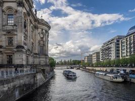 ilha dos museus no rio spree berlim, alemanha