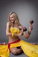 dançarina feliz em traje mexicano foto