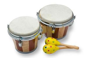 tambores de bongô e maracas isolados no branco