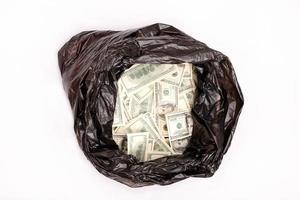 saco de lixo com dólares foto