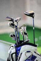 conjunto de tacos de golfe na bolsa azul e branca foto