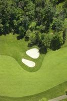 Vista aérea do fairway de golfe e bunkers foto