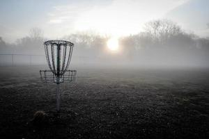 disco de golfe ao nascer do sol foto