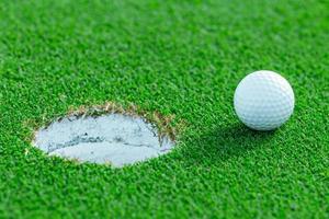 bola de golfe na grama no campo de golfe, Tailândia foto