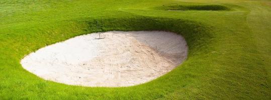 dois bunkers de areia profunda em um campo de golfe foto