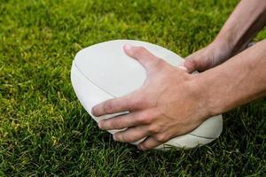 jogador de rugby, pegando a bola foto