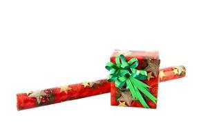 caixa de presente com rolo de papel no fundo branco