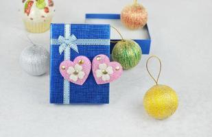 caixa de presente com corações rosa foto
