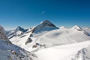 paisagem cênica de inverno com pistas de esqui e snowboard foto