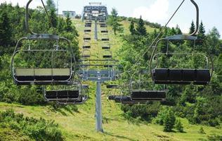 teleférico em monte zoncolan no verão foto