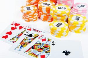 fichas de pôquer e cartões