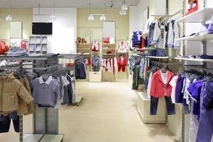 novo interior da loja de roupas infantis