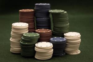 cartas e pilha de fichas de poker foto