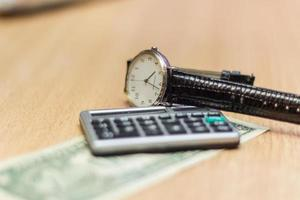 depois de trabalhar em um relógio de mesa, moedas de dólar. foto